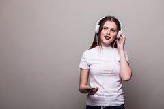 Девушка танцуя и слушая к музыке стоковая фотография