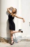 девушка танцы колонки ближайше Стоковое Фото