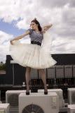 девушка танцы снаружи Стоковое Фото