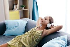 Девушка твена ослабляя на кресле дома Стоковые Фотографии RF