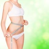 девушка тела ее принимать измерений Стоковое Изображение