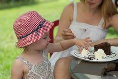 Девушка, торт & взбила сливк стоковое фото
