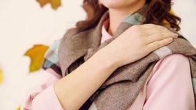 Девушка тратит ее руку на шарф сток-видео