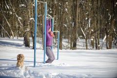 Девушка тренирует в зиме в глубоком снеге 2018 стоковые фотографии rf