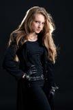 Девушка трудн-rock способа в черном плаще Стоковое Изображение RF
