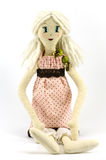 Девушка тряпичной куклы с светлыми волосами одела в запятнанном розовом платье на белой предпосылке Стоковые Фотографии RF