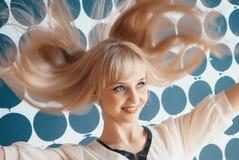 Девушка трясет ваши голову и улыбки для камеры стоковые фотографии rf