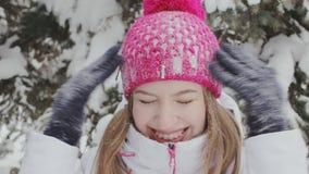 Девушка трясет снег в wintergarden Драка Snowball видеоматериал