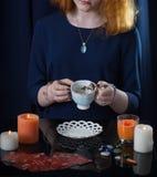 Девушка угадывая на листьях чая Стоковые Фотографии RF