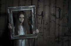 Девушка ужаса в белом платье Стоковое Изображение