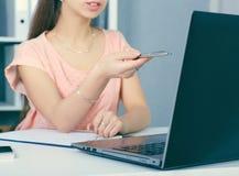 Девушка указывая палец в мониторе компьютера Коммерсантка показывая что-то на экране компьтер-книжки chnologies Менеджер дамы на Стоковые Изображения