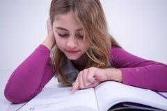 Девушка указывая статья в книге Стоковые Изображения RF