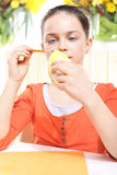 Девушка украшает пасхальные яйца Стоковое фото RF