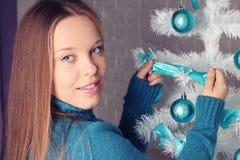 Девушка украшает рождественскую елку Стоковое фото RF