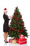 Девушка украшая рождественскую елку стоковая фотография