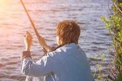 Девушка улавливает рыб в пруде стоковое изображение rf