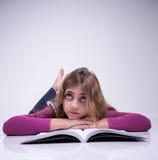 Девушка думая о чего она изучила Стоковые Изображения