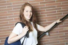 Девушка университета/студента колледжа смотря счастливый Стоковая Фотография