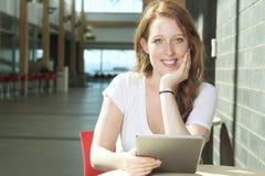 Девушка университета/студента колледжа смотря счастливый Стоковое Фото
