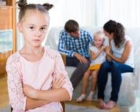 Девушка унылая из-за ревнивой более молодой сестры к родителям Стоковые Изображения RF