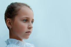 Девушка унылая и специфически смотрит в расстояние Стоковое фото RF