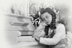 Девушка унылая о рояле Стоковое Фото