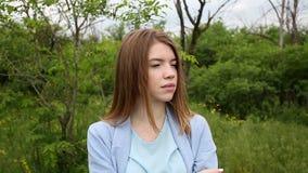 Девушка уныло смотрит прочь акции видеоматериалы