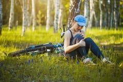 Девушка упала от велосипеда в парке Стоковая Фотография