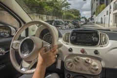 Девушка управляя на прогулке, взгляд изнутри автомобиля Стоковое фото RF
