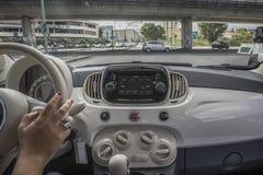 Девушка управляя на прогулке, взгляд изнутри автомобиля Стоковое Фото