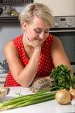 Девушка усмехается и наблюдается черепахой которая ест Стоковые Изображения