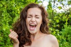 Девушка усмехается на предпосылке парка Стоковые Изображения RF