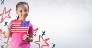 Девушка усмехаясь и держа американский флаг против белой стены с нарисованной рукой картиной звезды Стоковая Фотография RF