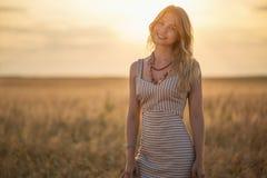 Девушка усмехаясь на заходе солнца Стоковое фото RF