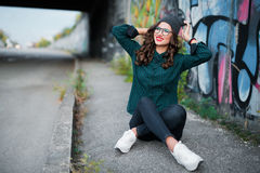 Девушка усмехаясь на улице, граффити предпосылки Стоковое Изображение RF