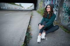 Девушка усмехаясь на улице, граффити предпосылки Стоковая Фотография RF