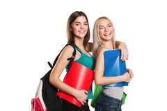 Девушка 2 усмехаясь студентов с сумками школы дальше Стоковая Фотография