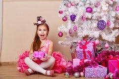 Девушка услаженная с подарком для рождества стоковая фотография rf