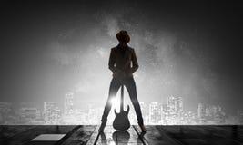Девушка утеса с гитарой Мультимедиа Стоковое Изображение