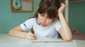 Девушка утомлянная делать уроки акции видеоматериалы