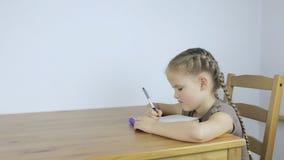 Девушка уча и писать назначения сток-видео