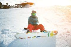 Девушка учит сноубординг в горах на зиме Стоковое Фото