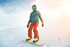 Девушка учит сноубординг в горах на зиме Стоковая Фотография