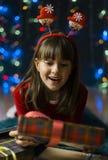 Девушка удивленная подарочной коробкой рождества Стоковое Фото
