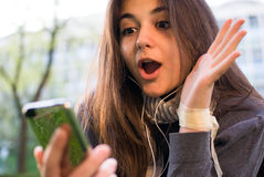 Девушка удивленная сообщением на черни стоковое фото rf