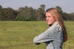 девушка фермы счастливая Стоковое Изображение RF