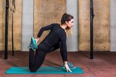 Девушка фитнеса в большой тренировке формы на спортзале Стоковая Фотография