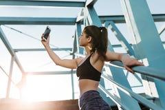 Девушка фитнеса делая selfie на открытом воздухе стоковые изображения rf