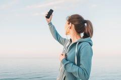 Девушка фитнеса делая автопортрет Стоковые Изображения RF