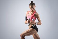 Девушка фитнеса делая разминку гантели Стоковая Фотография RF